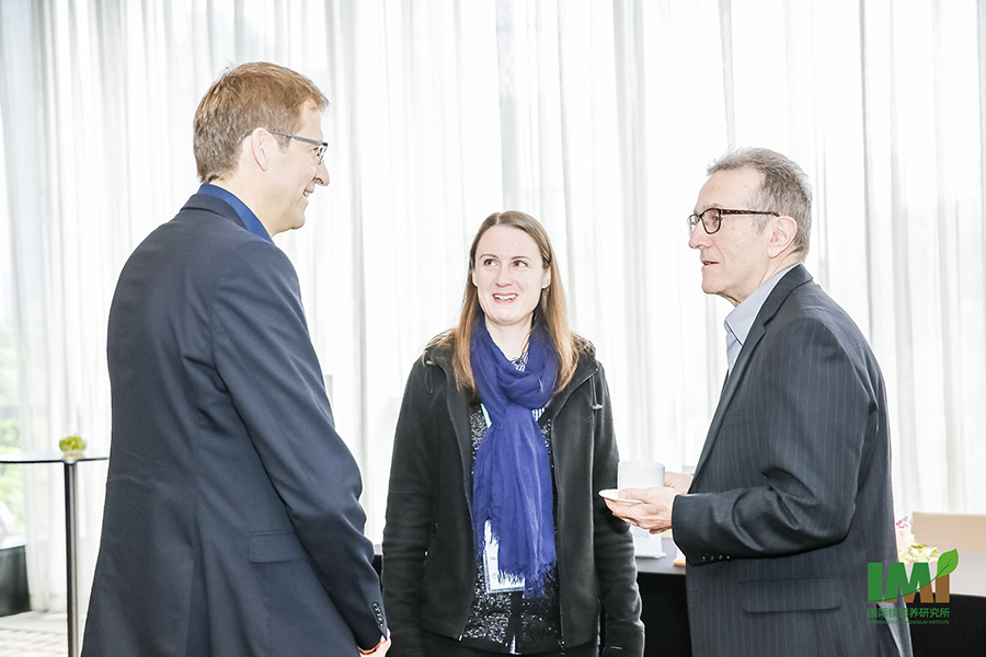 Continuing the discourse during the coffee break: Professor Klaus Dittert, Junior-Professor Merle Tränkner and Professor Zed Rengel (left to right). (Photo: IMI)