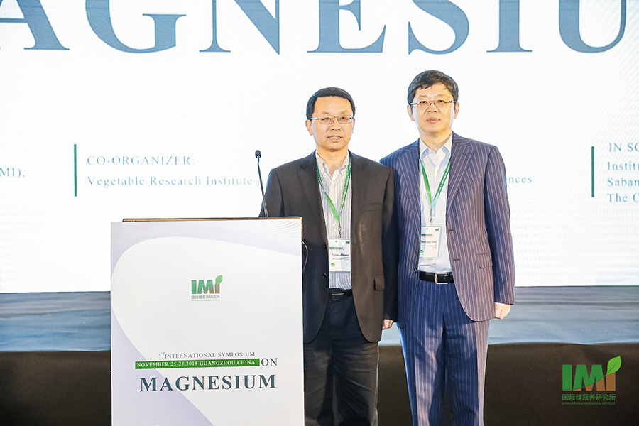 Representing the Organizing Committee of the 3rd International Symposium on Magnesium in Guangzhou: Professor Fusuo Zhang (left), who chaired the International Scientific Committee, and Dr. Yanliang Guo of Shenzhen K+S Trading Co. Ltd, member of the Local Organizing Committee. (Photo: IMI)