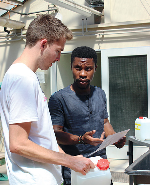 Linus Amoako Graham (right), Bachelor's student from Ghana, assisting Master's student Hendrik Meemken during an experiment. (Photo: Tränkner)