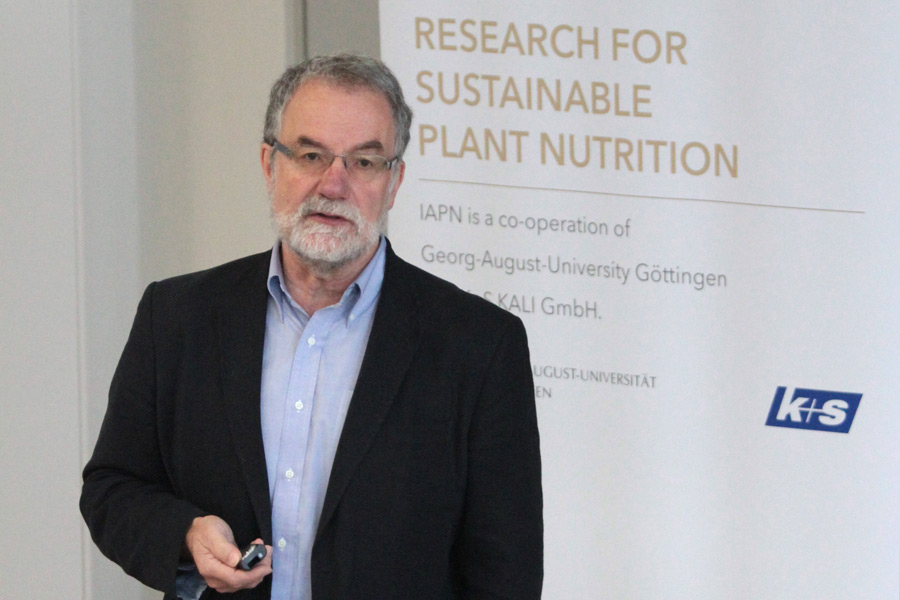 Dr. Brown illustrated in his presentation breeding approaches for increasing disease resistance in wheat. (Photo: IAPN)