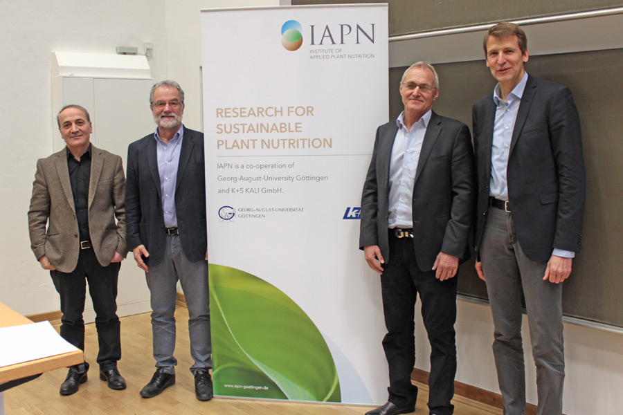 In dialogue (left to right): Prof. Dr. Ismail Cakmak, Dr. Hans-Joachim Braun, Dr. Wolfgang H. Pfeiffer and Prof. Dr. Klaus Dittert. (Photo: IAPN)