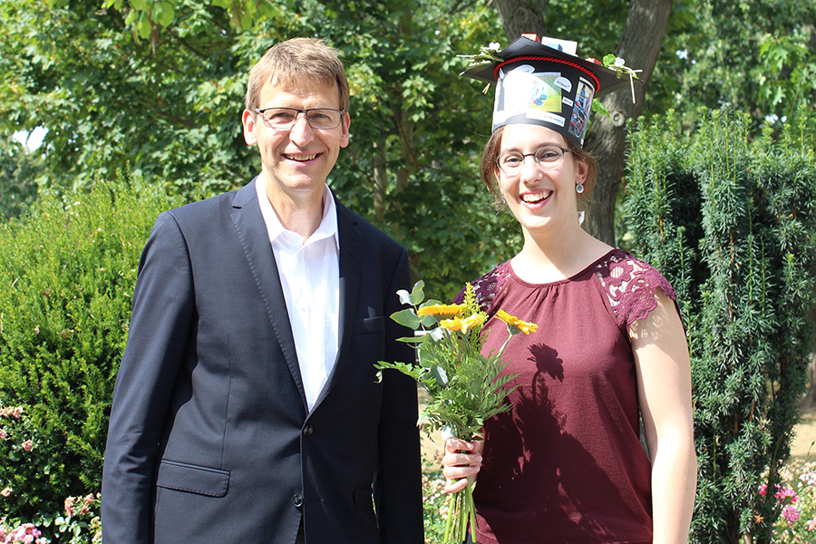 Professor Dr. Klaus Dittert congratulates Annika Lingner on the successful completion of her doctorate. (Photo: IAPN)