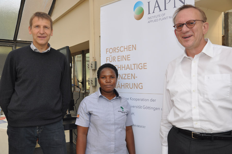 Together engaged for knowledge transfer: Prof. Dr. Klaus Dittert,  IAPN; Christine Kyomugisha, Sasakawa Africa Association; Prof. Dr. Andreas Gransee, K S KALI GmbH (L.t.r.). (Photo: Jost)
