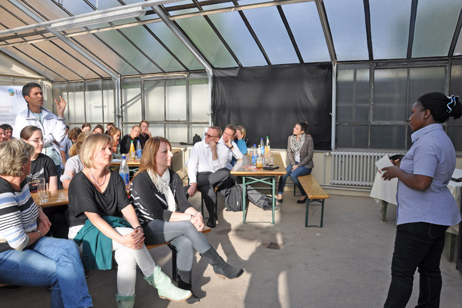 Dialogue in the greenhouse of IAPN: Christine Kyomugisha  answers questions about her presentation. (Photo: Jost)