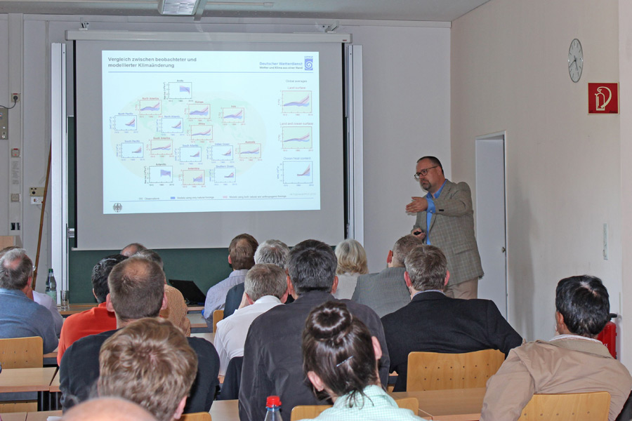 Falk Böttcher presents the differences between  observed and predicted climate change. (Photo: IAPN)